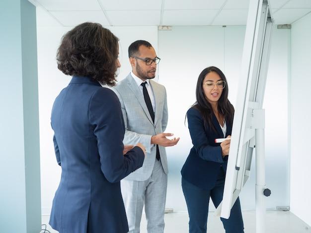 Gerente de presentar la estrategia de la empresa a los clientes