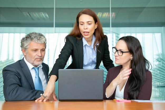 Gerente de proyecto confiado que muestra la presentación a sus colegas.