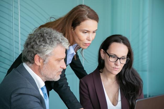 Gerente de proyecto seguro que muestra la presentación a los socios