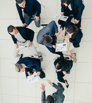 Gerente de proyecto de vista superior en una reunión con el grupo de trabajo