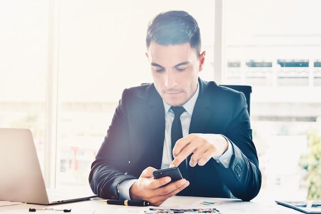 Gerente que busca información y datos en línea para negocios en oficinas modernas y luminosas