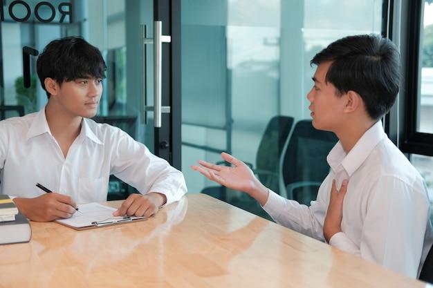 Gerente de recursos humanos entrevistando a candidato para vacante de empleo. el solicitante explica el perfil para el reclutamiento profesional