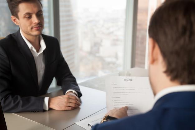 Gerente de recursos humanos preguntando al solicitante sobre la experiencia laboral