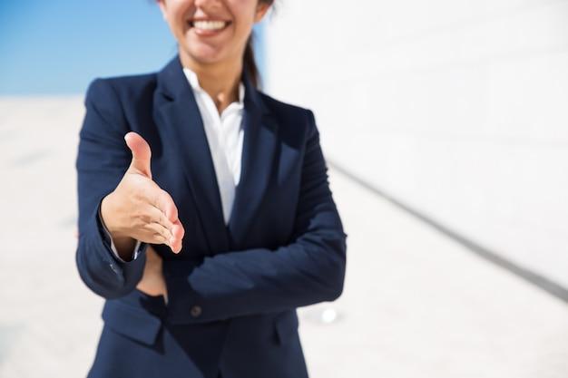 Gerente de recursos humanos sonriente felicitando con conseguir trabajo