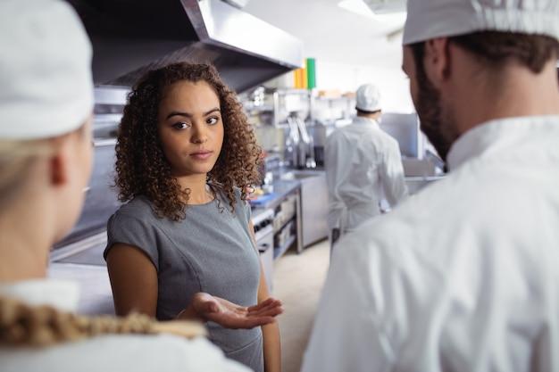 Gerente de restaurante interactuando con su personal de cocina