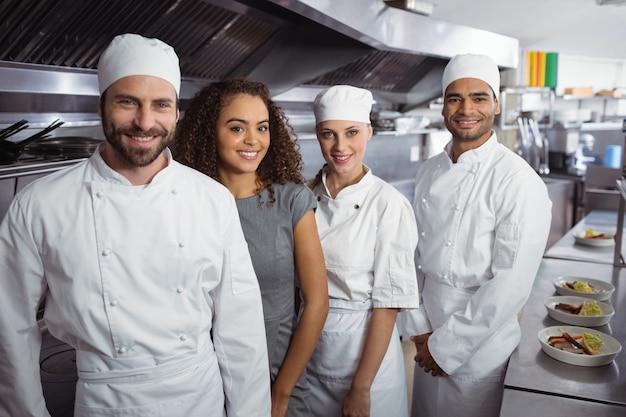 Gerente de restaurante con su personal de cocina