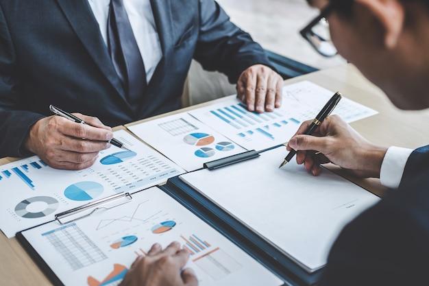 Gerente reunión discutiendo el crecimiento de la empresa éxito del proyecto estadísticas financieras