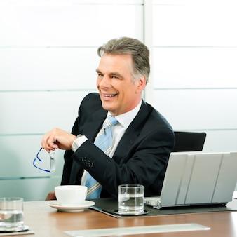 Gerente senior o chef en una reunión