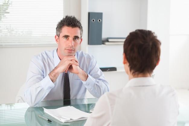 Gerente serio entrevistando a una mujer solicitante