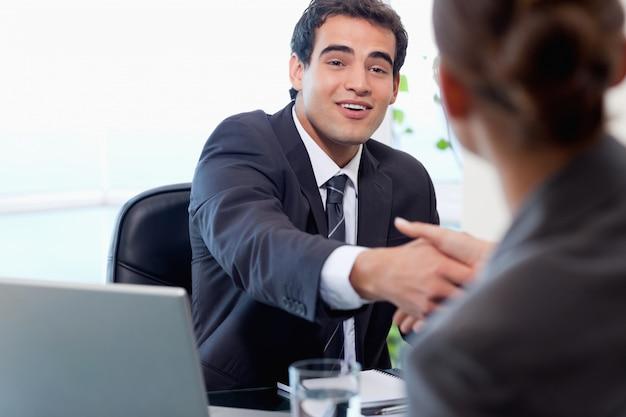Gerente sonriente entrevistando a una mujer solicitante