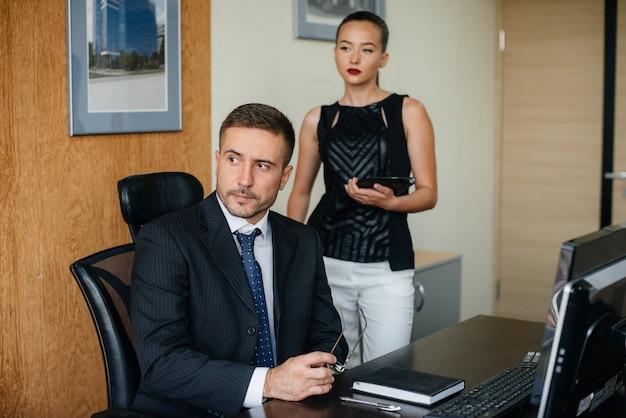 El gerente y su asistente discuten nuevos planes y tareas. financiación de las empresas