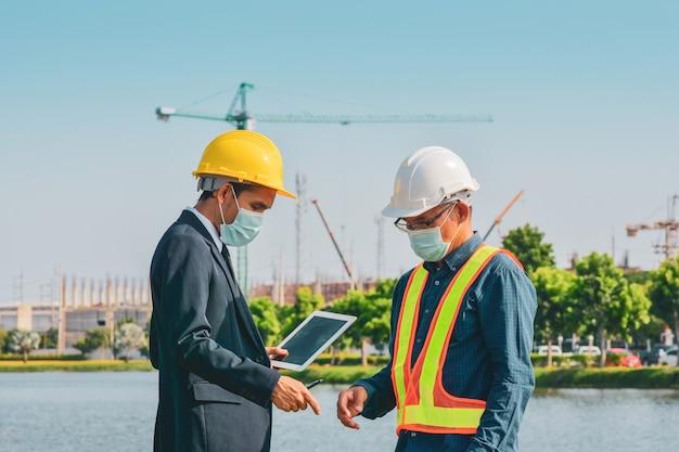 Gerente de trabajo con tecnología de tableta de construcción engineer