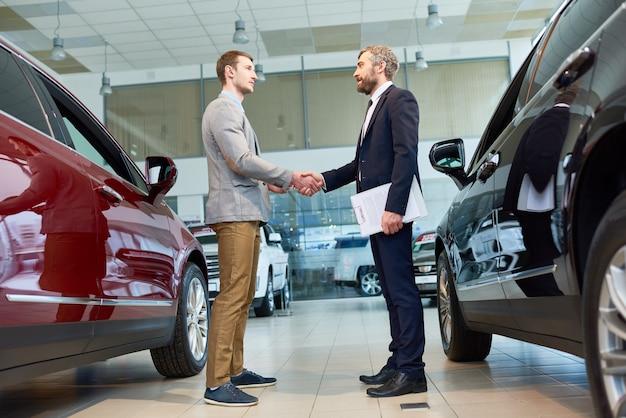 Gerente de venta de automóviles en la sala de exposiciones