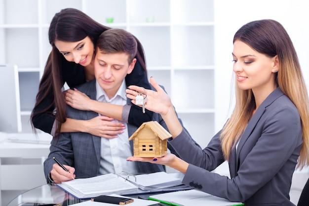 Gerente de ventas dando consejos a pareja