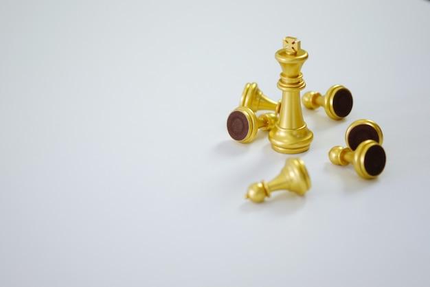 Gestión de carrera de concepto de recursos humanos con estrategia de planificación de manos juntas con figuras de ajedrez.