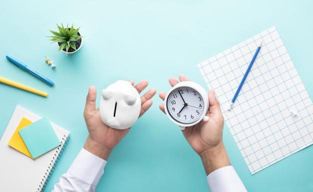 Gestión financiera y ahorro de dinero con tiempo
