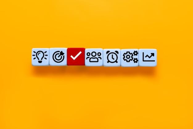 Gestión de procesos de negocio. planificación de proyectos con cubos con estrategia empresarial de icono sobre fondo amarillo con espacio de copia