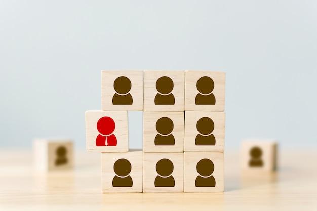 Gestión de recursos humanos y negocios de reclutamiento los bloques de cubos de madera son diferentes con iconos humanos, multitudes rojas y prominentes