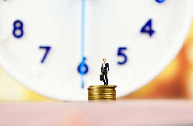 Gestión del tiempo con reloj y dinero.