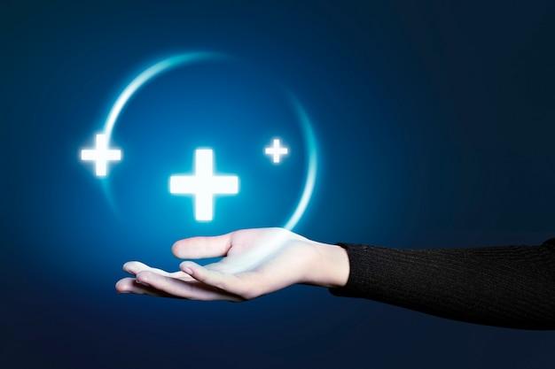 Gesto de mano que presenta holograma de tecnología médica