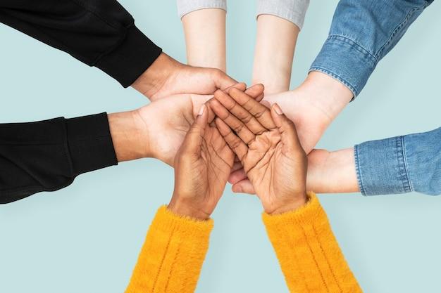 Gesto de manos ahuecadas para campaña ambiental