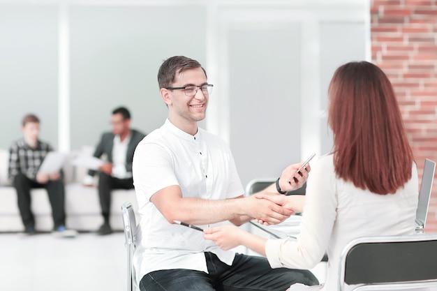 Gestor de apretón de manos y cliente durante la discusión del contrato. foto con espacio de copia