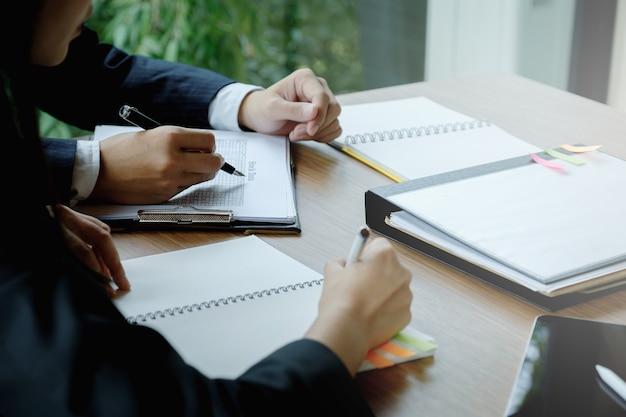 Los gestores de fondos consultan al equipo y discuten sobre el análisis del mercado de valores de inversión