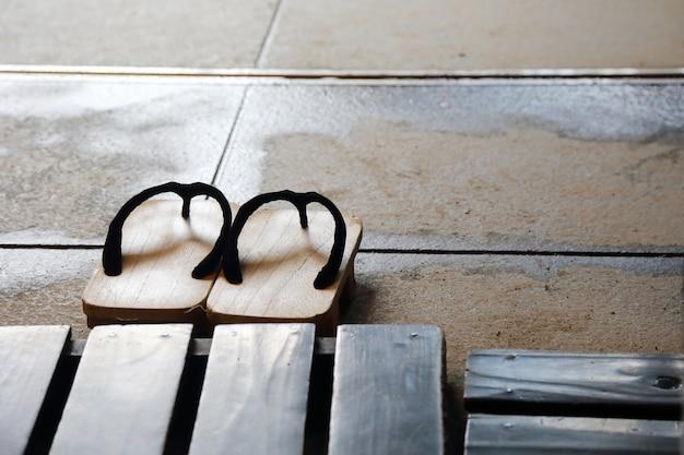 Geta zapatos de madera japoneses tradicionales en el piso