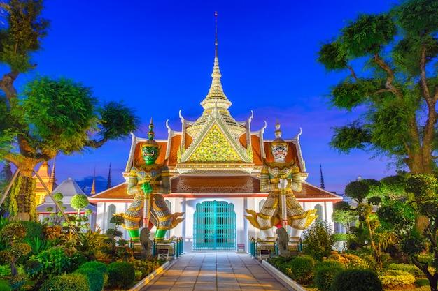Gigante de dos estatuas en las iglesias wat arun, bankok tailandia.