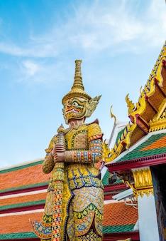 Gigantes del famoso templo esmeralda de bangkok, tailandia