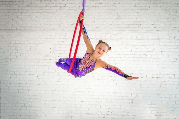 Gimnasia aérea en el círculo, una niña haciendo ejercicios.