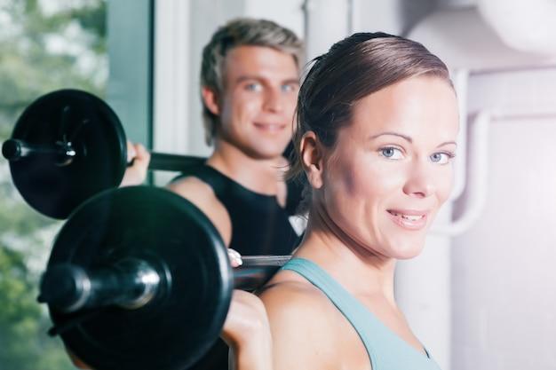Gimnasia de fuerza con pesas en el gimnasio
