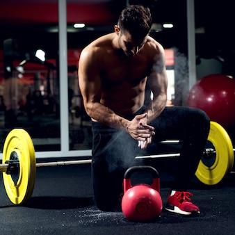 Gimnasio entrenamiento cuerpo fitness hombre músculo abs hombros.