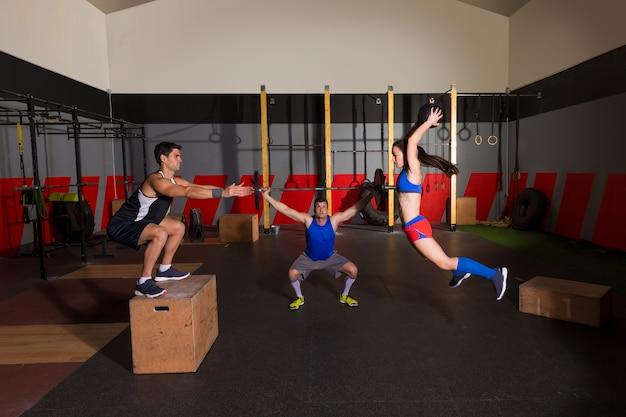 Gimnasio grupo de ejercicios barbells slam bolas y saltar