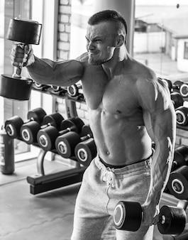 Gimnasio. hombre guapo durante el entrenamiento