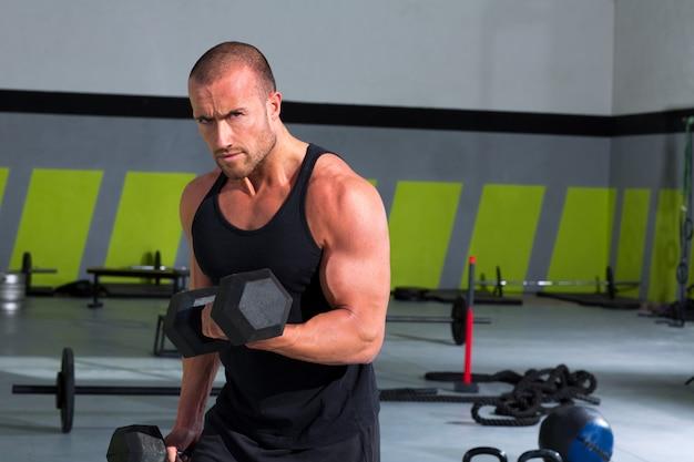 Gimnasio hombre con pesas ejercicio crossfit