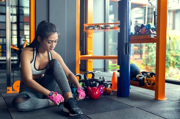 Gimnasio de la mujer de la mujer que toma la pérdida de peso para los músculos finos y firmes del constructor del atleta