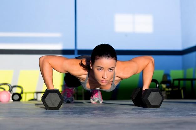 Gimnasio mujer push-up fuerza pushup con mancuerna
