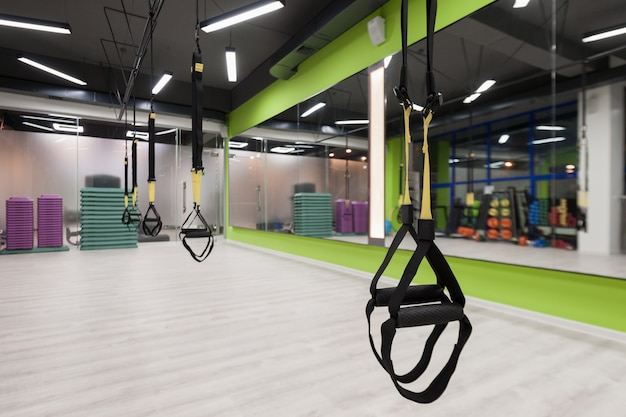 Gimnasio y sala fitness con equipamiento trx. interior de un pabellón de deportes