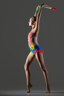 Gimnasta chica bailando con maza