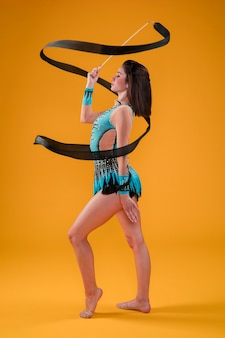 Gimnasta rítmica usando la cinta