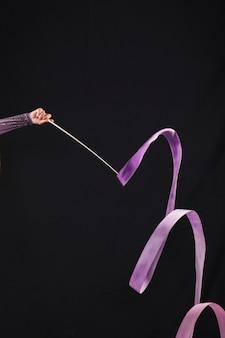 Gimnasta usando la cinta