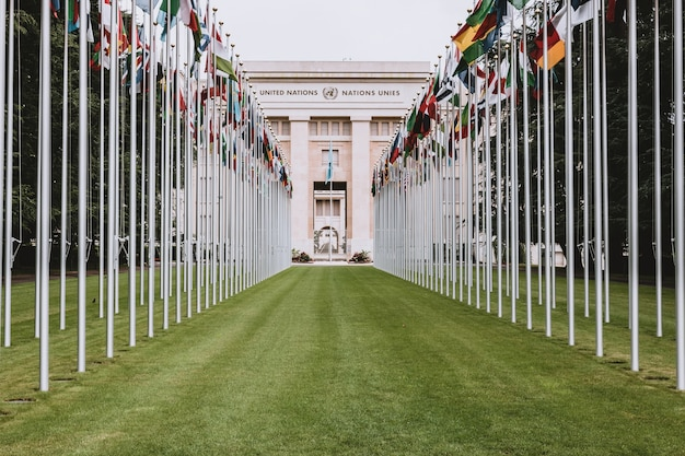 Ginebra, suiza - 1 de julio de 2017: banderas nacionales en la entrada de la oficina de la onu en ginebra, suiza. las naciones unidas se establecieron en ginebra en 1947 y es la segunda oficina más grande de las naciones unidas.