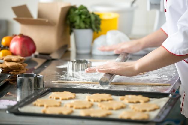 Gingerbread, galletas, en, un, bandeja, hembra, manos, balanceo, masa