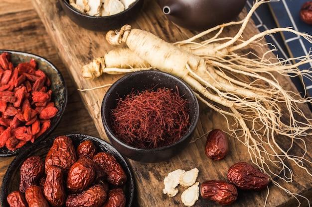 Ginseng fresco y rodajas secas
