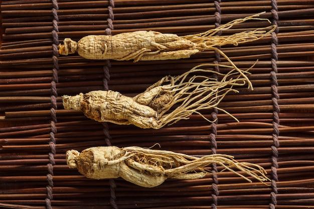 Ginseng seco para una hierba saludable.