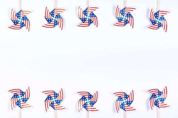 Giradores de viento con símbolo de bandera americana.