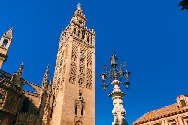 Giralda y la catedral de sevilla en la mañana, españa