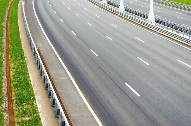 Gire en la carretera de varios carriles sin automóviles.