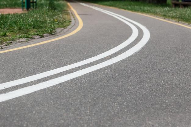 Gire del carril bici en spring park. carretera vacía.